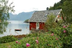 Häuschen in den Fjorden Stockbild