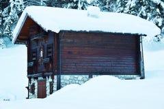 Häuschen des alten Holzes, Bäume, Schnee, Winter in Dolomiti-Bergen, in Cadore, Italien Lizenzfreies Stockfoto