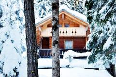 Häuschen des Holzes, Bäume, Schnee, Winter in Dolomiti-Bergen, in Cadore, Italien Lizenzfreie Stockfotos