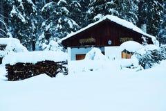 Häuschen des Holzes, Schnee, Winter in Dolomiti-Bergen, in Cadore, Italien Lizenzfreies Stockbild