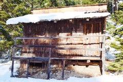 Häuschen des Holzes, Winter in Dolomiti-Bergen, in Cadore, Italien Stockfotografie