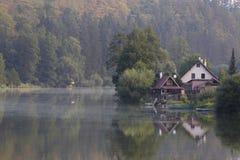 Häuschen durch den Fluss Lizenzfreie Stockbilder