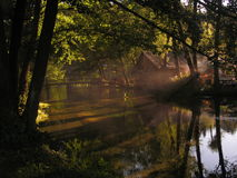 Häuschen durch den Nebel des Flusses morgens Lizenzfreies Stockfoto