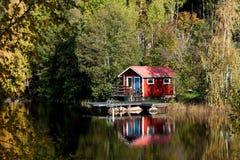 Häuschen durch den See Lizenzfreies Stockbild