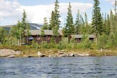 Häuschen durch einen See stockfotografie
