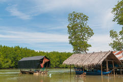 Häuschen gelegen im Meer Die Anpassung der Fischer stockfotos