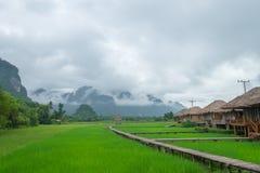 Häuschen im Ackerland und Berg mit Nebel Stockfoto