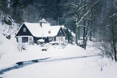 Häuschen im schneebedeckten Gebirgsland, nebeliger Wintertag, Tschechische Republik Lizenzfreies Stockfoto