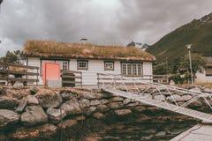 Häuschen mit Gestell in Norwegen stockbilder