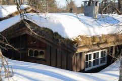 Häuschen mit Schnee auf dem Dach Lizenzfreies Stockbild