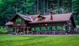 Häuschen - Rotwildfrühling - KOÄŒEVJE-Slowenien Lizenzfreies Stockbild