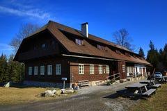 Häuschen Rovina, Frühlingslandschaft um Hartmanice, Skiort, böhmischer Wald (Šumava), Tschechische Republik Lizenzfreies Stockbild