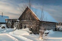 Häuschen am schneebedeckten Morgen des Dorfs eins in Russland Stockbilder