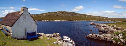 Häuschen und Boot in Connemara stockfotografie