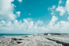 Häuschen und wilde Küstenlinie in Dänemark Lizenzfreies Stockbild