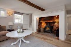 Häuschenwohnzimmer mit Kamin und Ofen Stockfotos