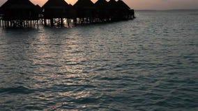 Häuser über dem Meer bei Sonnenaufgang maldives stock video