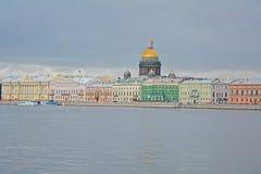 Häuser auf Angliyskaya Damm- und Neva-Fluss in St Petersburg, Russland Stockfoto