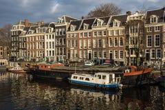 Häuser auf dem Amstel Fluss lizenzfreie stockbilder