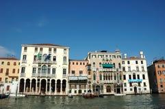 Häuser auf dem großartigen Kanal in Venedig Lizenzfreie Stockfotografie