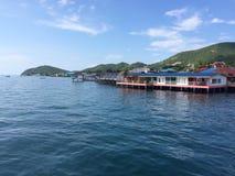 Häuser auf dem Seeinselbewohner Stockfotos