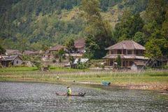 Häuser auf dem Seeufer in Bali Stockbild