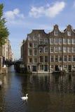 Häuser auf dem Wasser in Amserdam Stockfotografie