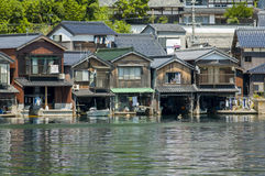 Häuser auf dem Wasser bei Amanohashidate Stockfotografie
