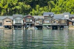 Häuser auf dem Wasser bei Amanohashidate Stockfoto