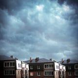 Häuser auf dem Wolken-Hintergrund Lizenzfreie Stockfotografie