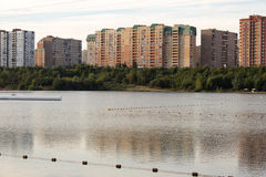 Häuser auf den Banken von einem großen See Stockfotos