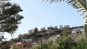 Häuser auf den Bergen in Zypern stock footage