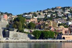 Häuser auf den Ufern vom Mittelmeer - Nizza lizenzfreie stockbilder