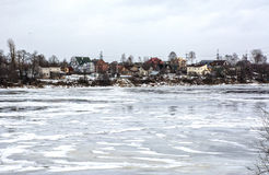 Häuser auf der Flussbank Stockbilder