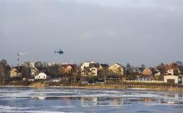 Häuser auf der Flussbank Lizenzfreie Stockfotografie