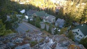 Häuser auf der Gebirgsseite Stockbild