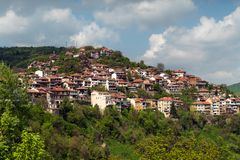 Häuser auf der Klippe unter der Gebirgslandschaft Balkan-Häuser Stockbild