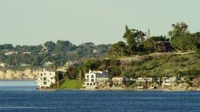 Häuser auf der Pazifikküste stock video