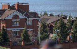 Häuser auf der Ufergegend Lizenzfreies Stockfoto