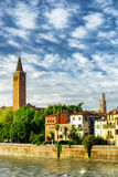Häuser auf die Etsch-Ufergegend und Glockenturm der Kirche, Verona Stockfoto
