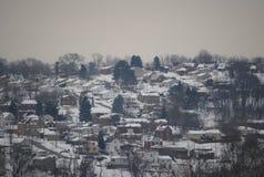 Häuser auf einem Abhang abgedeckt im Schnee Lizenzfreie Stockbilder