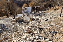 Häuser auf einem Hügel zerstört durch Feuer Lizenzfreie Stockfotografie