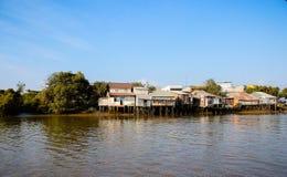 Häuser auf Flussufer Stockbilder