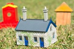 Häuser auf grünem Gras Stockbilder