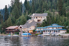 Häuser auf Lake See Coeur-d'Alene in Idaho Lizenzfreie Stockfotografie