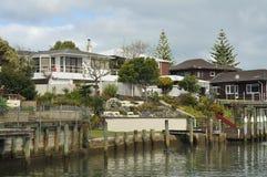 Häuser auf Ufergegend in Milford Lizenzfreie Stockbilder