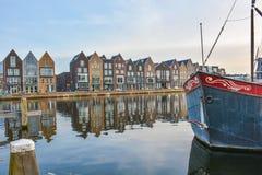 Häuser auf Wasser mit einem Boot in der Front stockfotografie