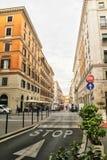 Häuser auf zwei Seiten auf der Straße in Rom, Italien 30. August 2017 lizenzfreies stockbild
