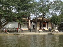 Häuser bei Green River, zum der Pagode in Hanoi, Vietnam, Asien zu parfümieren Stockbilder