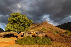 Häuser in den Bergen in der schönen Leuchte Lizenzfreie Stockbilder